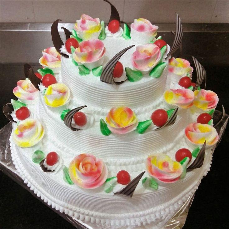 Impactante repostera profesional montando y decorando torta de tres pisos