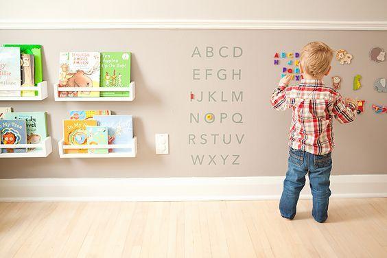 Montessori organiza el espacio por y para el bebé, colocando juguetes y libros en estanterías bajas y a su alcance. #lavozdelmuro #montessori #crianza #bebés #niños #educación #decoracion #habitacionesinfantiles