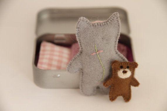 KAT speelgoed in een tin reisspeeltje, matchbox pop, drukke tassen  Deze kerel is een schattig diertje geboren op de oever van de Oostzee. Verborgen in een trommeltje, kan hij gebeuren overal, in uw tas of zak van uw kind, klaar om te spelen wanneer nodig!  Deze set maakt een perfecte gift voor uw kleintjes, ondersteuning van creatieve spelen. Het is mooi verpakt in een katoenen zak, dus het is klaar om als een cadeau worden gegeven.  De set bestaat uit kat - genaaid van 100% wol, vilt…