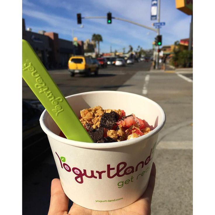 Porque esse dia maravilhoso em San Diego pede um Yogurtland!  .  O meu é sorvete de coco com pedaços de morango oreo e granola. No words to describe it!  .  #ficasol #nuncatepedinada #SanDiego #sunnysaturday #yogurtland #California #BNnaCalifa #MalaFeita #blogMalaFeita #viajandoomundo #travel #traveling #vacation #visiting #instatravel #trip #travelling #tourism #tourist #instapassport #instatraveling #mytravelgram #travelgram #travelingram #igtravel #viagem #viajar #travelbloggers…