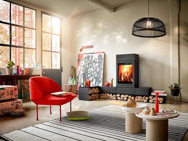Modułowy kominek wolnostojący Front 603 to najnowszy model z rodziny Elements. Dedykowane moduły mogą służyć jako siedzisko lub półka na drewno. Można w nich umieścić kamienie thermostone, które akumulują ciepło.