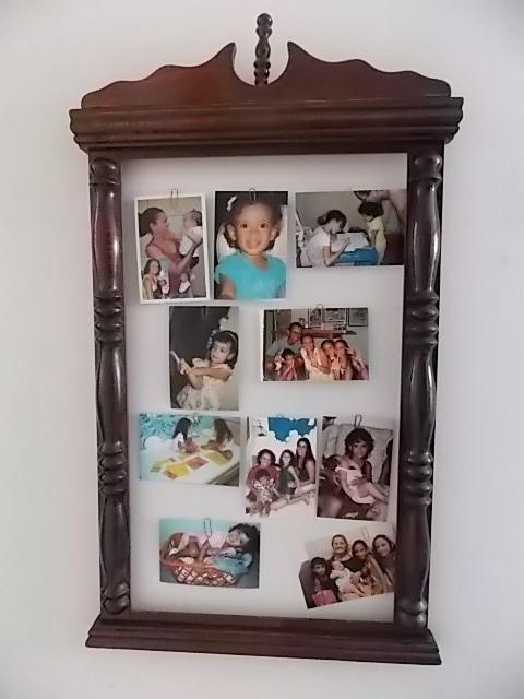A cada feriado junto a macacada (sobrinhas e filha e agregadas) em casa para nos dedicarmos a um projeto. @Paulo Caldas tinha essa moldura de espelho do seu avô, que vivia, tadinha, esquecida num canto de parede. Paulo deu-lhe um banho de verniz brilhante em spray, nós pregamos uns pregos por trás e fizemos o varal de fotos. Adoro fotos, tinha diversos porta-retratos (mal)espalhados pela casa e agora estou mega-feliz o nosso BOAS-VINDAS! pois o agora-quadro fica à entrada da casa. Carnaval…
