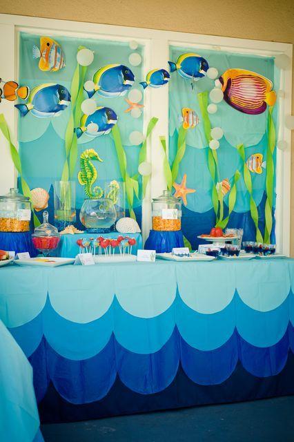 Tema fundo do mar! Você pode comprar tecidos de tons de azul e cortar em formatos de ondas, ou fazer com papel crepom, do mesmo jeito que as algas.
