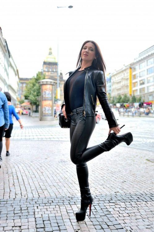 Mädchen in sexy Lederhosen