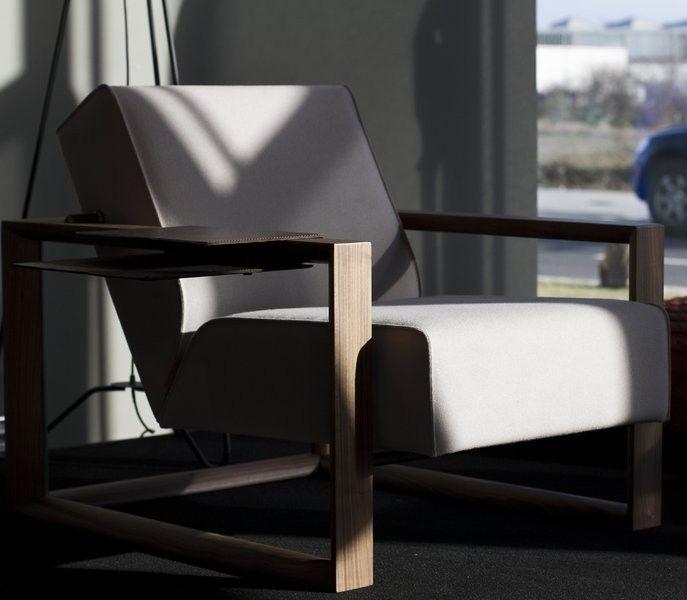 Fauteuil Dickens van #Montis is geïnspireerd op de #rookstoel uit de jaren 50. Het is, door de dikke en stevige rug- en zitkussens die hangen in het houten frame, een zeer comfortabele #fauteuil. Bovendien zit in de Montis Dickens een onzichtbare relaxfunctie waarmee de zitting kan worden versteld. #GilsingWonen #design #wooninspiratie