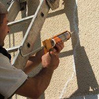 Etape 7 : Appliquer un mastic de rebouchage type Toupret spécial façade ; le cordon d'enduit doit être régulier et homogène.