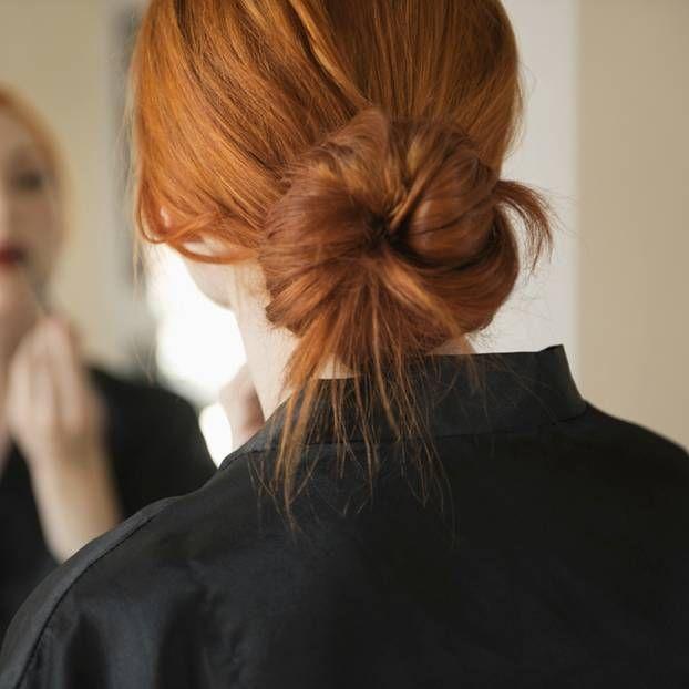 Ob mit Bändern gezwirbelt oder mit Haarteilen gestecktt; ob mit Toupierbürsten aufgebauscht oder im Nacken fixiert. Mit diesen Anleitungen könnt ihr Zopf, Chignon und andere Frisuren ganz einfach nachstylen.