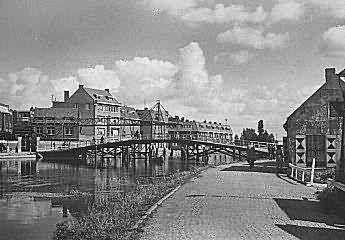 Over de Philips Willembrug naar de andere kant van de Rotte. Jaren over de brug gelopen om aan de overkant naar zwemles te gaan. Eerst de Kerkhoflaan en Boezembocht nog aflopen om er te komen. Met je natte haren weer teruglopen, was koud 's winters!