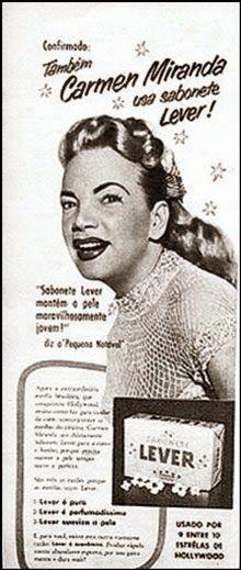 Propaganda do Sabonete Lux com Carmem Miranda, apresentado em 1955. Publicado em O Cruzeiro em 6 de agosto de 1955, o reclame é o único em que Carmen mostra os cabelos, sem o turbante que fazia parte de sua fantasia de baiana. Curiosamente, a cantora não viu o anúncio, já que a revista circulou um dia após sua morte.