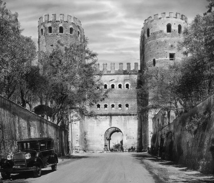 In una deserta Appia Antica un'automobile ferma a lato della strada è il…