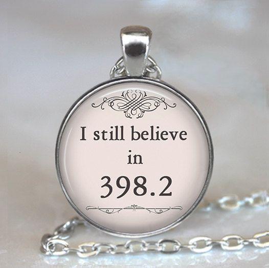 Je crois toujours en 398,2 pendentif, collier de conte de fées conte de fées bijoux livre collier livre bijoux, porte-clé porte clef bibliothécaire cadeau