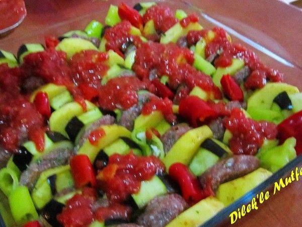 Dilek'le Mutfakta'dan Köfteli Patlıcan Dizmesi;   Patlıcanla Köftenin sebzelerle sarılıp fırında kebap haline bayılacaksınız.