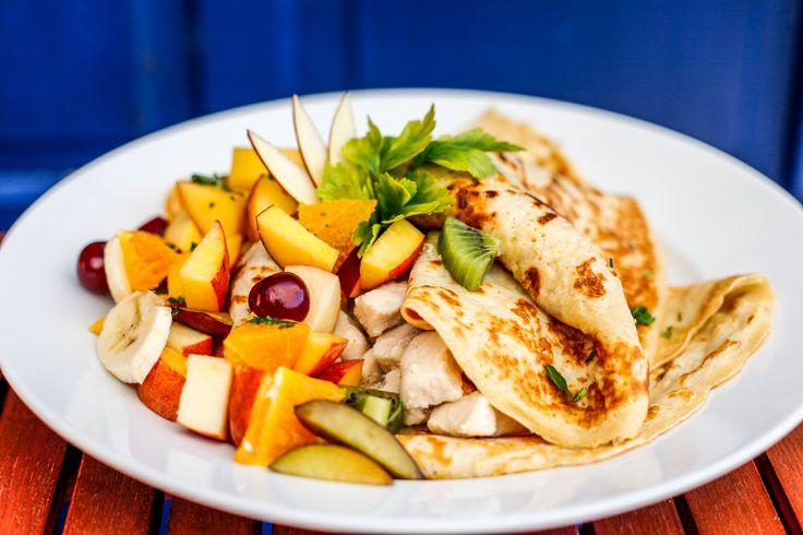 édes-mézes gyümölcsöket párolunk, melyet csirkemellel töltött almás-gyömbéres palacsintával tálalunk MÉZES MÁZAS CREPPY
