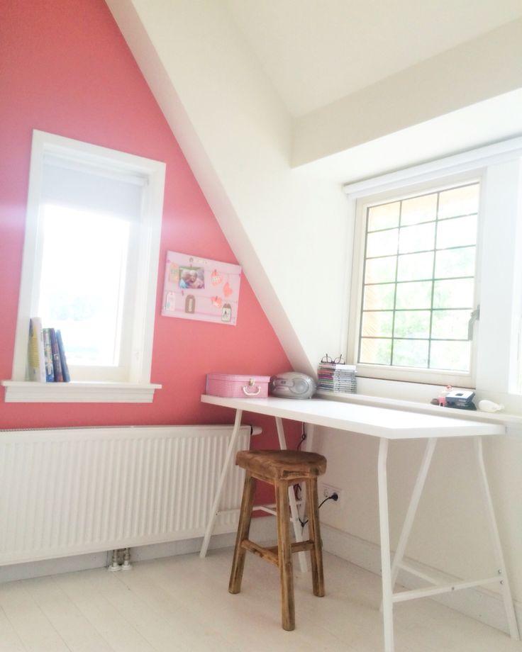 Meisjeskamer met schuin dak. Witte houten vloer. Kleur Flowerbulb van Flexa. Bureau van Ikea en kruk van Leenbakker.
