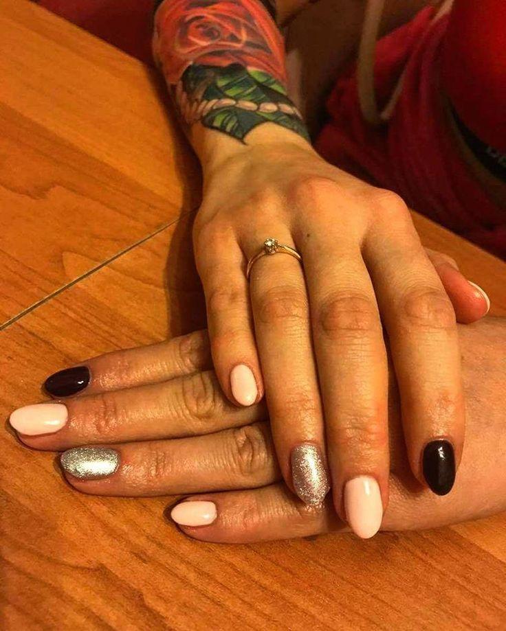 Taka sytuacja�� Bo przecież rączki, które dźwigają ciężary też muszą być piękne ��❤�� @natalia.fitnesska �� #nails #modelka #manicure #hybryda #zel #black #silver #rose #rosetattoo #tatoo #nailforyou #nails4instagram #semilac #nailsforinspire #mani #beautynails #beauty #candy #cosmetology #hands #withfriend #fit #żelazo #fitness #gymgirl http://tipsrazzi.com/ipost/1504684568912767459/?code=BThtqStDqnj