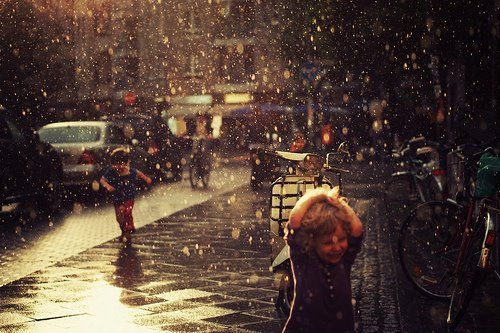 an incredible pic.............its amazing how the captures the rain, and the reflection of light on the rain and side walk......
