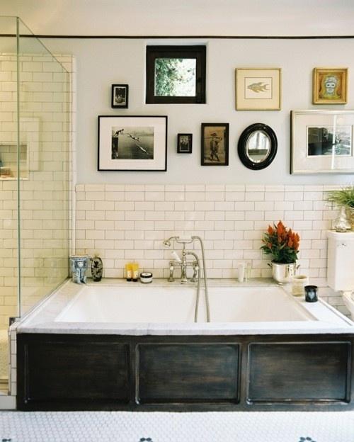 badkuip met houten ombouw, rij schilderijen/ foto's