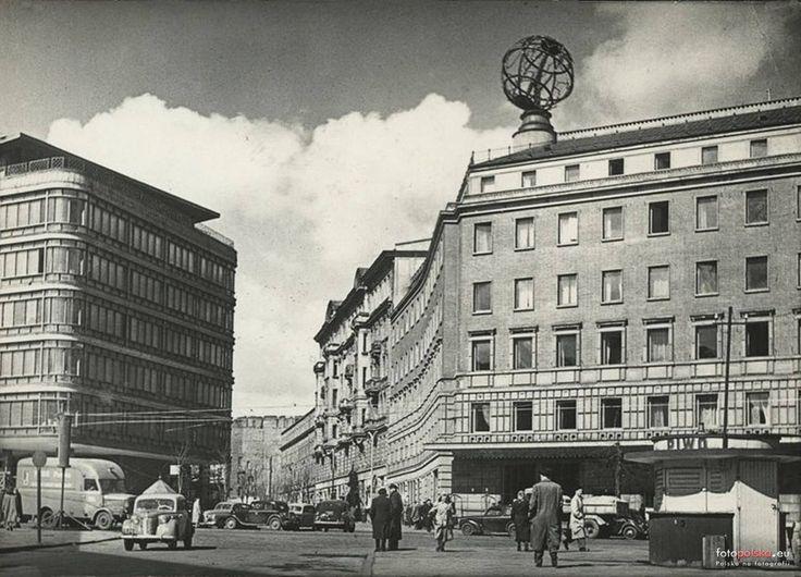 Warszawa - Skrzyżowanie ul. Brackiej z al. Jerozolimskimi. Po lewej CDT, po prawej Orbis z globusem-neonem (lata 50. XX w.)