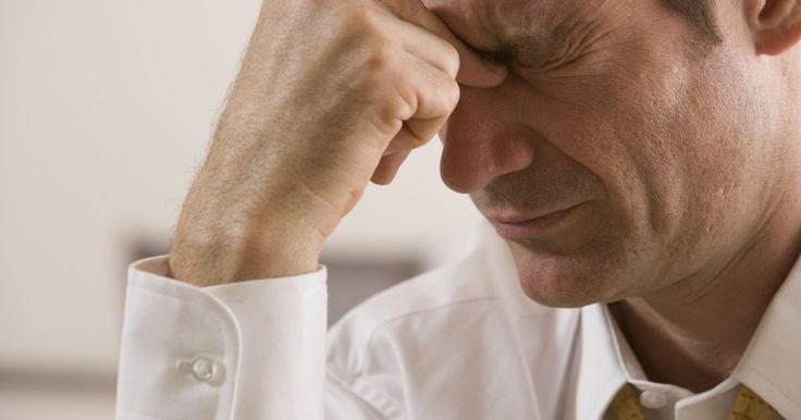 Quais são as causas de dores de cabeça do lobo frontal?. As dores de cabeça do lobo frontal podem variar de leves a graves, na testa e têmporas. A dor corresponde à localização dos lobos frontais do córtex cerebral, mas as causas não estão necessariamente relacionadas com doenças ou disfunções originadas lá, e podem ser variadas.