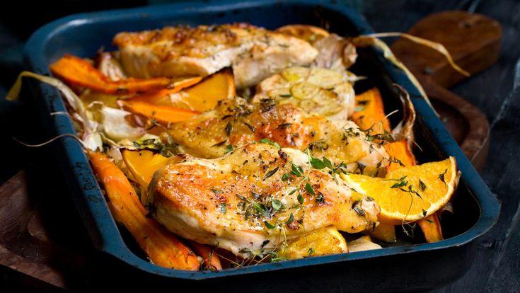 Enkel oppskrift på ovnsbakt kylling med rotgrønnsaker og appelsin. Server med salat, ris eller kokte poteter. Bruk gjerne MENYs kvalitetskylling Lerstang fra Jacobs Utvalgte.
