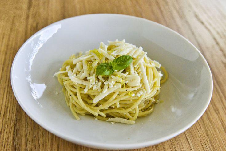 Σπαγγέτι με λεμόνι, σκόρδο και ξερό ανθότυρο