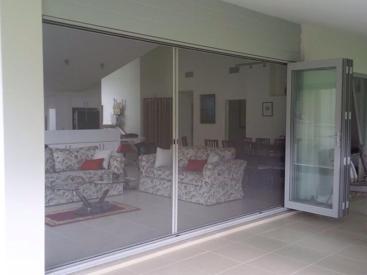 Retractable fly screen for bifolds