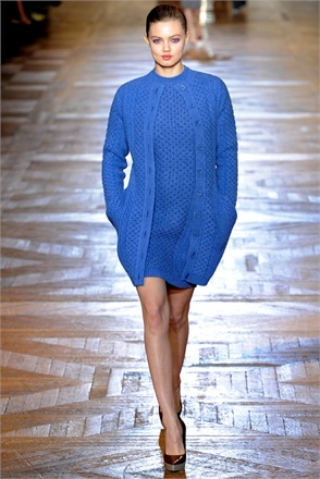 Grof gebreide jurk, grof bijpassende trui, mooi met dunne panty en pumps, ook met mooie lange laarzen of 'mannenschoenen'.
