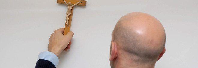 Un gesto di grande esempio, insegnante rimuove il crocifisso in nome dei diritti fondamentali di uguaglianza