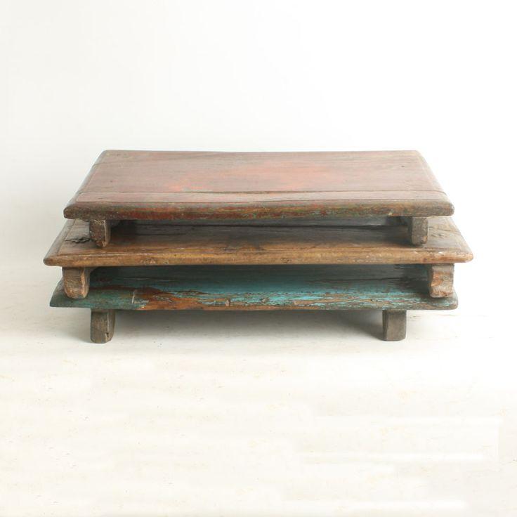 Tablett aus Altholz / Tray from scrap wood. Ein Tee-Service macht sich auf dem rustikalen Tablett genauso gut wie ein schönes Deko-Arrangement aus Teelichtern, Kerzen, eine Trouvaille unter der Glasglocke etc. Es kann auch als praktische Laptop-Unterlage verwendet werden. Das Tablett ist aus alten bemalten Holzlamellen gefertigt, deshalb ist jedes ein Einzelstück. AVAILABLE AT The Harrison Spirit, Morgartenstrasse 22, 8004 Zürich