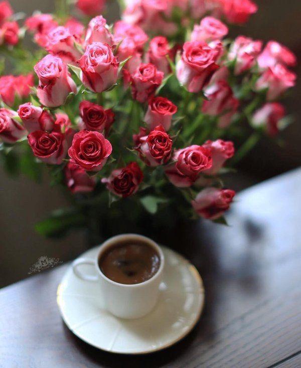 Букет цветов и чашка кофе фото
