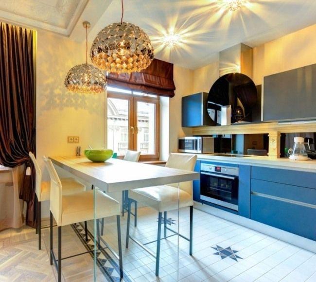küchenstil eklektisch blaue fronten kronleuchter seiden vorhänge