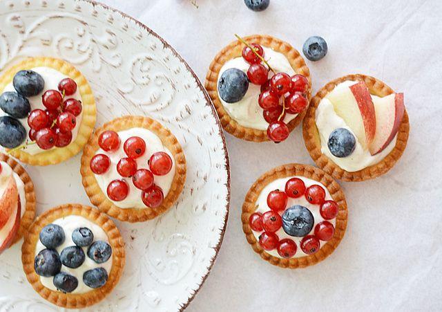 Ehhez az igen szofisztikáltnak tűnő sütihez csak egy muffinforma kell, a tészta szuperegyszerű, a töltelék meg még annál is könnyebb.