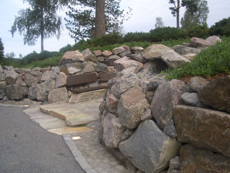 Grillipaikka kivimuurien syvennyksessä