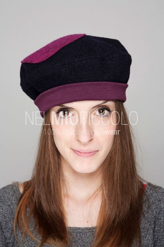 Cappello in lana cotta grigio scuro con fascia in jersey di lana fucsia. Può essere indossato in due modi diversi. Boiled wool hat dark gray colored, with band in pink wool jersey. It can be worn in two different ways!