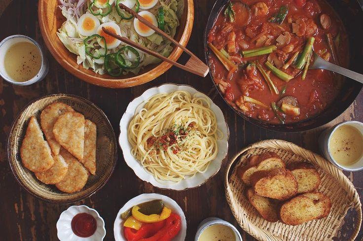 05.04 トマトパッツァ、ペペロンチーノ、パプリカの焼きマリネ、サラダ、ハッシュドポテト、ガーリックトースト、コーンスープ トマトパッツァは「カゴメ 基本のトマトソース」プレゼント企画で頂いたトマト缶を使って、白身魚と海老やイカ、ミニトマト、小松菜、マッシュルームを入れて10分程煮込んで完成〜☺︎ #おうちごはん #トマトパッツァ #基本のトマトソース #カゴメトマトパッツァ #rocoごはん #lin_stagrammer #deristagrammer #デリスタグラマー #松原竜馬 #角田淳 #igersjp