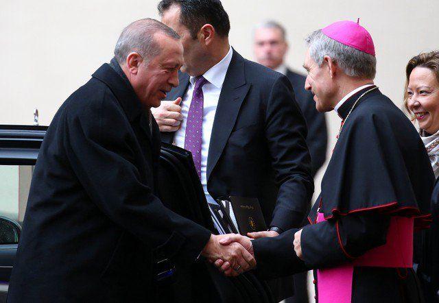 Erdogan y el Papa discuten sobre Jerusalén - El presidente de Turquía, Tayyip Erdogan, es recibido por el arzobispo Georg Ganswein al llegar a una audiencia privada con el Papa Francisco, en el Vaticano, el 5 de febrerio de 2018. REUTERS/Alessandro Bianchi CIUDAD DEL VATICANO (Reuters) – Tayyip Erdogan realizó el lunes la primera v... - https://notiespartano.com/2018/02/05/erdogan-papa-discuten-jerusalen/
