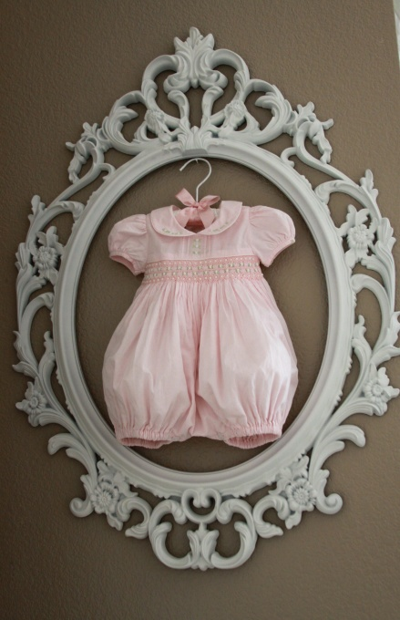 great way to frame the 'going home' outfit or newborn picture session outfit