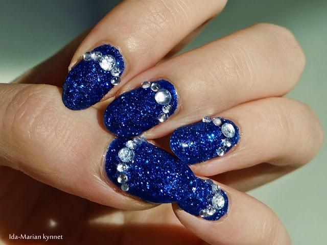 Ida-Marian kynnet / Blue glitter with rhinestones / #Nails #Nailart