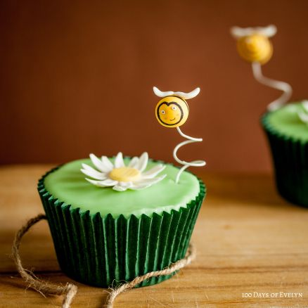 Daisy Bee Cupcakes - tutorial and recipe at 100 Days of Evelyn
