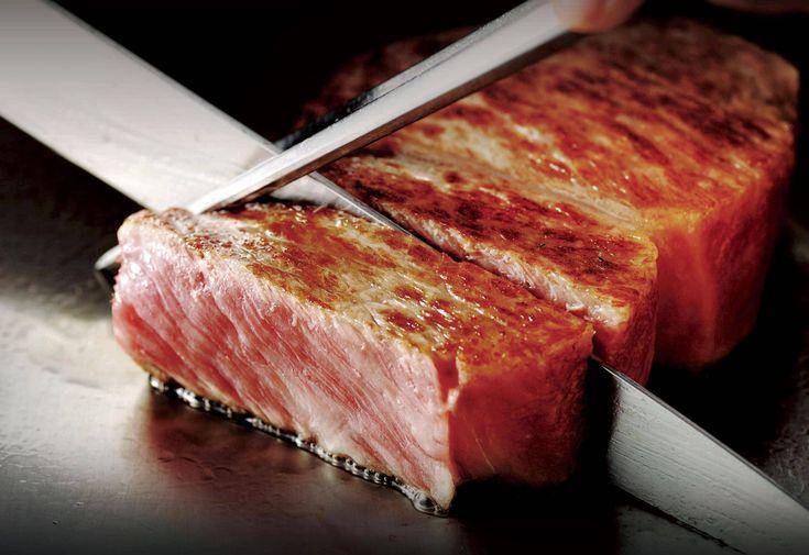 """Kobe Beef é obtido de gados especialmente selecionados, alimentação cuidadosamente balanceada e atenção aos mínimos detalhes. A gordura fica infiltrada entre as fibras musculares formando desenhos perfeitos a que denominamos de """"marmoreio"""". Quando são preparadas, as gorduras do kobe beef derretem sobre as fibras musculares passando a suculência e uma ótima sensação ao paladar."""