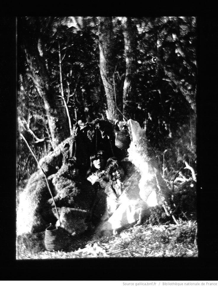 Terre de Feu-Patagonie. 24, Campement fuégien (côte de l'Océan Atlantique, Terre de Feu) / [mission] Rousson et Willems ; [photogr.] Rousson ; [photogr. reprod. par] Molténi [pour la conférence donnée par] Willems
