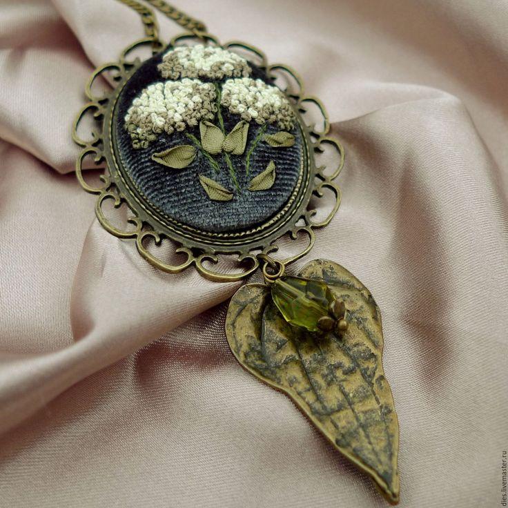 Купить Кулон с вышивкой лентами Белая гортензия - оливковый, Кулон ручной работы
