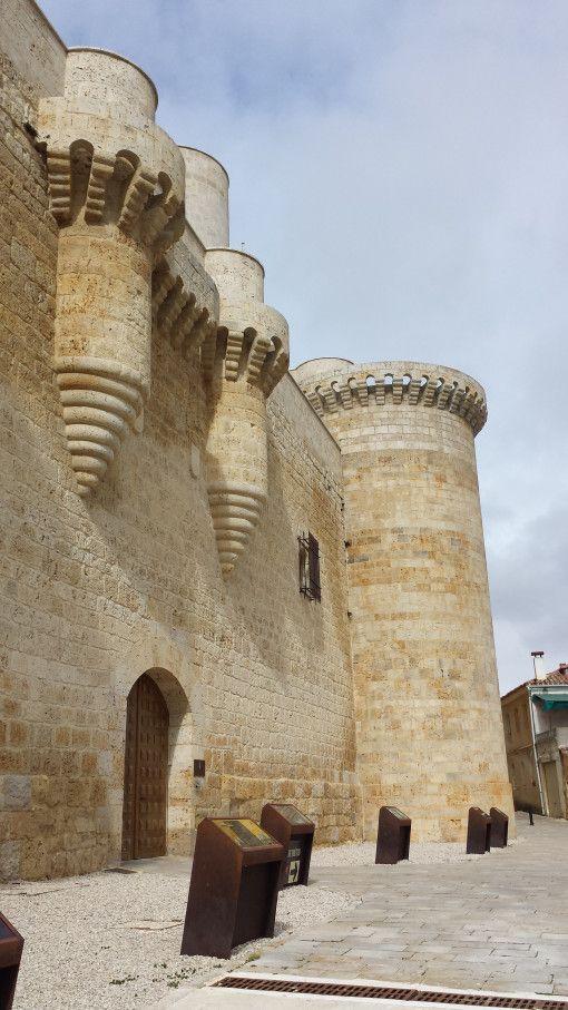 Entrada al Castillo de Fuentes del Valdepero, Palencia, España