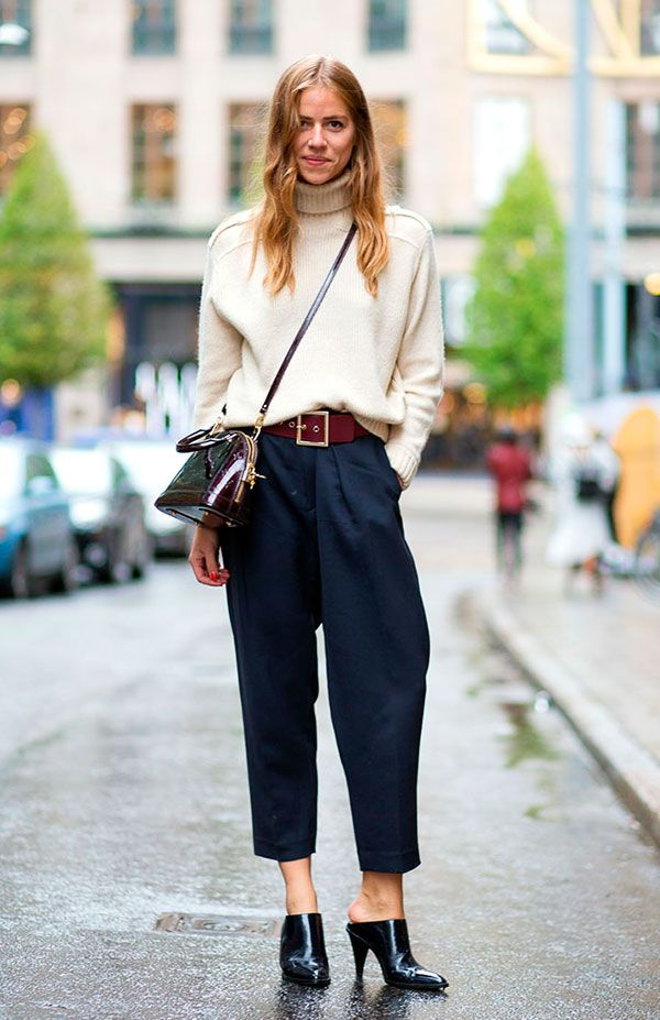 Street style look com suéter bege, calca azul cropped.