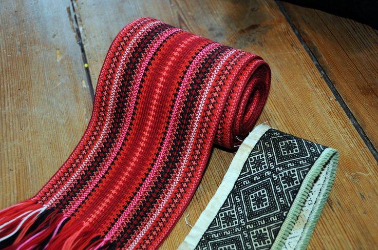 GAMMELT: Inger Pettersen har et belte og en skjortekrage fra 1880, som viser variasjonen i fargebruk til bunader i gamle dager.