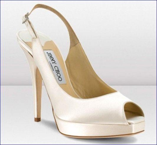 Per la primavera estate 2013 Jimmy Choo veste le scarpe da sposa, oltre che di classicismo determinato dal colore bianco e di note avorio di tanto argento, il tutto arricchito da splendidi swarovsky che adornano con eleganza molti modelli. Tacchi e linee...