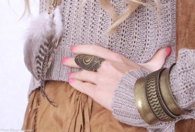 anillo, pulseras y plumas :)