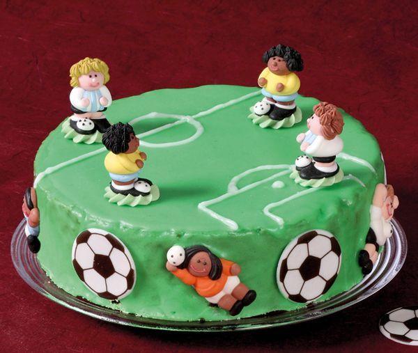 Mit dem Fußball-Kuchen können Sie Ihren Sohn oder Ihre Tochter zum Geburtstag überraschen und jeden Kindergeburtstag bereichern. Das Rezept und alle Zutaten finden Sie hier kostenlos auf Schule und Familie.