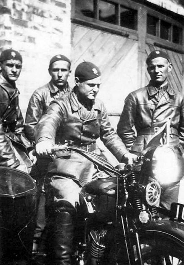 Pancerniacy z motocyklem Sokół (2 pol. lat 30-tych).