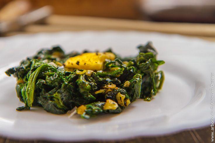 Шпинат очень полезен, содержит тонны железа, отлично держит изумрудно-зеленый цвет и является основой для замечательного гарнира из жареного шпината с чесноком.